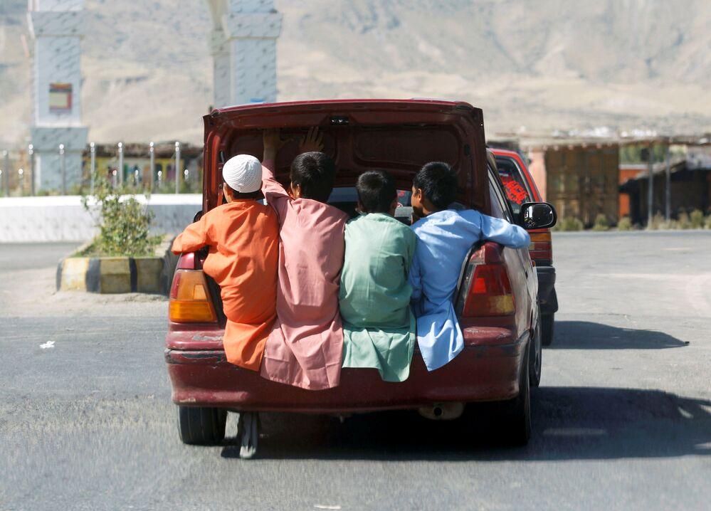 الأولاد الصغار يمرحون في عيد الفطر في لغمان، أفغانستان 24 مايو/ أيار 2020