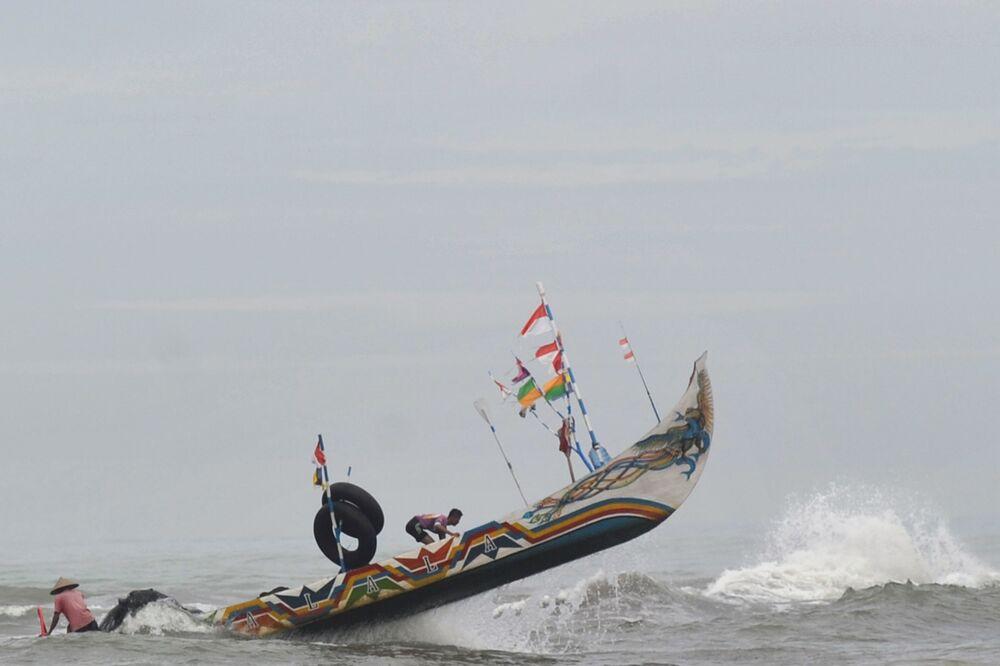 صياد في سومطرة، إندونيسيا 27 مايو/ أيار 2020