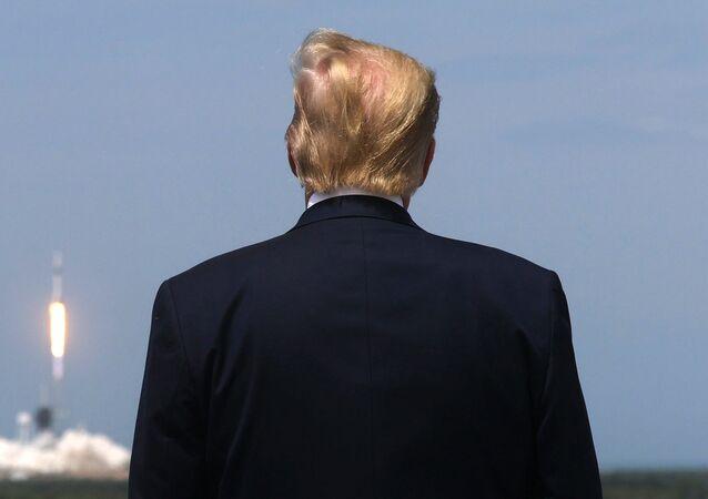 الرئيس الأمريكي دونالد ترامب يشاهد إطلاق صاروخ سبيس إكس فالكون 9 والمركبة الفضائية كرو دراغون من  مركز كينيدي للفضاء التابع لناسا في كيب كانافيرال، فلوريدا، الولايات المتحدة، 30 مايو/ أيار 2020