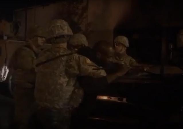 محتج يتشابك مع عسكريين أمريكيين ويصعد على سقف سيارتهم... فيديو