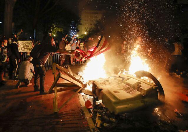 المتظاهرون يشعلون الحرائق بالقرب من البيت الأبيض احتجاجا على مقتل جورج فلويد 1 يونيو/حزيران