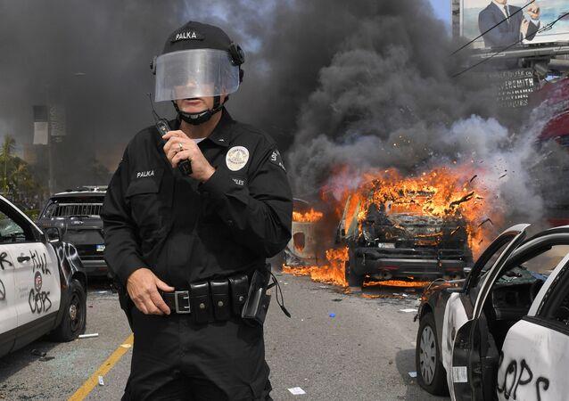 احتجاجات واسعة على مقتل شاب تحت ركبة شرطي أمريكي (جورج فلويد)، واقتحام المحلات التجارية، في مدينة منيابولس، ولاية مينيسوتا، الولايات المتحدة 30 مايو 2020