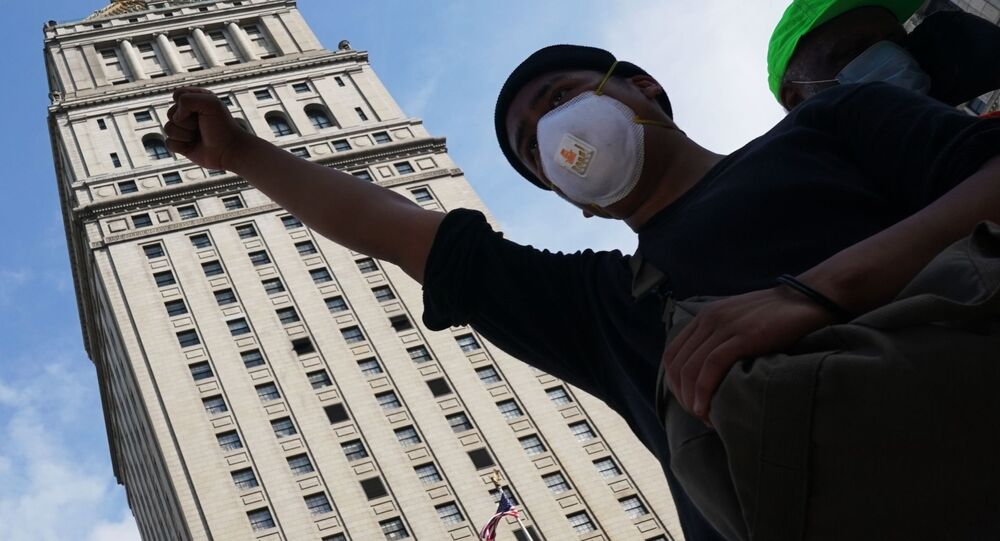 احتجاجات واسعة على مقتل شاب تحت ركبة شرطي أمريكي (جورج فلويد)، في نيويورك، الولايات المتحدة 29 مايو 2020