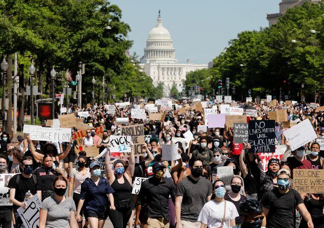 احتجاجات واسعة على مقتل شاب تحت ركبة شرطي أمريكي (جورج فلويد)، في واشنطن، الولايات المتحدة 30 مايو 2020