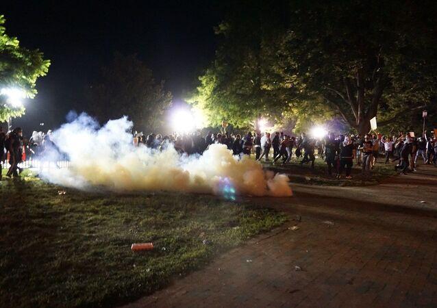 احتجاجات (#BlackLivesMatter) واسعة على مقتل شاب تحت ركبة شرطي أمريكي (جورج فلويد)، واشنطن، الولايات المتحدة
