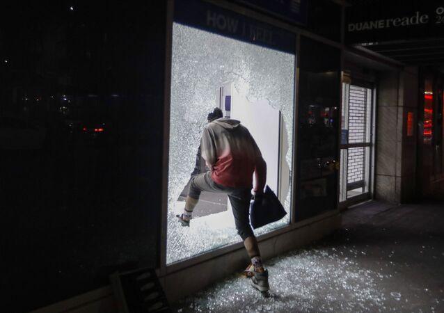 محتجون بعد سرقة المحلات بالرغم من بدء حظر التجول في نيويورك، الولايات المتحدة 1 يونيو 2020