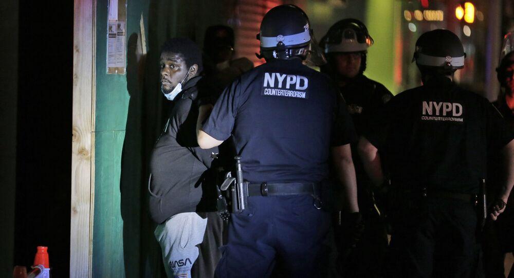 الشرطة الأمريكية تتفقد شوارع المدينة مع بدء حظر التجول في نيويورك، الولايات المتحدة 1 يونيو 2020