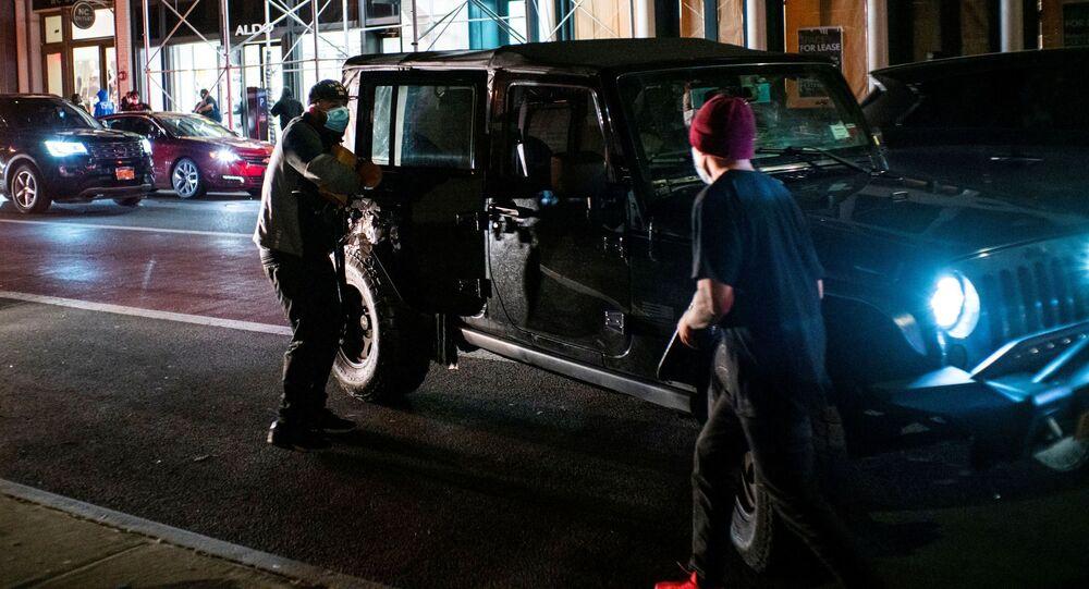 محتجون بعد سرقة المحلات بالرغم من بدء حظر التجول في نيويورك، الولايات المتحدة 2 يونيو 2020