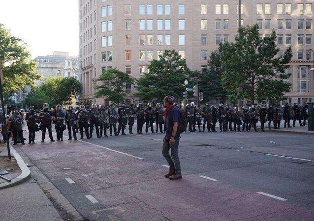 الشرطة الأمريكية تتطوق المنطقة في واشنطن العاصمة مع بدء حظر التجول في العاصمة، الولايات المتحدة