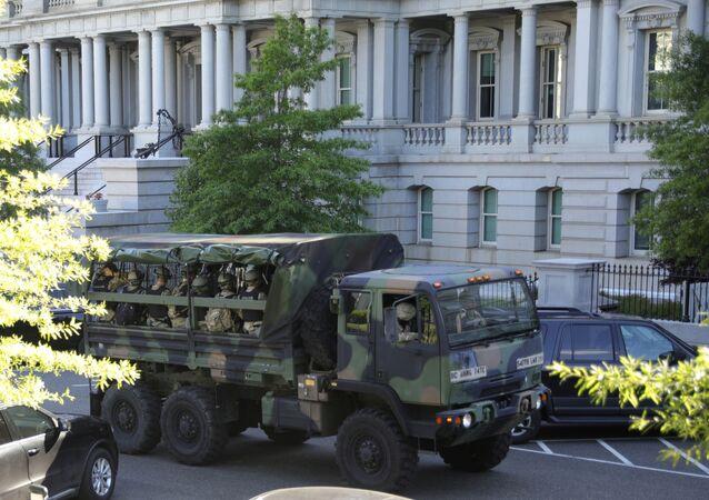 مركبات عسكرية تحمل أفراد من الحرس الوطني الأمريكي تسير بالعاصمة واشنطن بعد احتجاجات وطنية على وفاة جورج فلويد