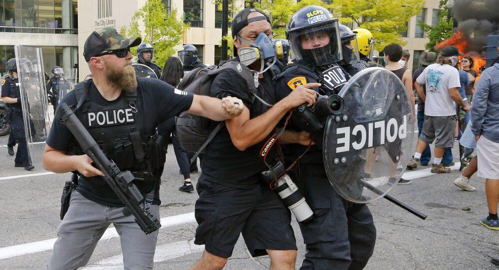 مراسلون أثناء تغطية احتجاجات جورج فلويد في سولت لايك سيتي، يوتا 30 مايو 2020