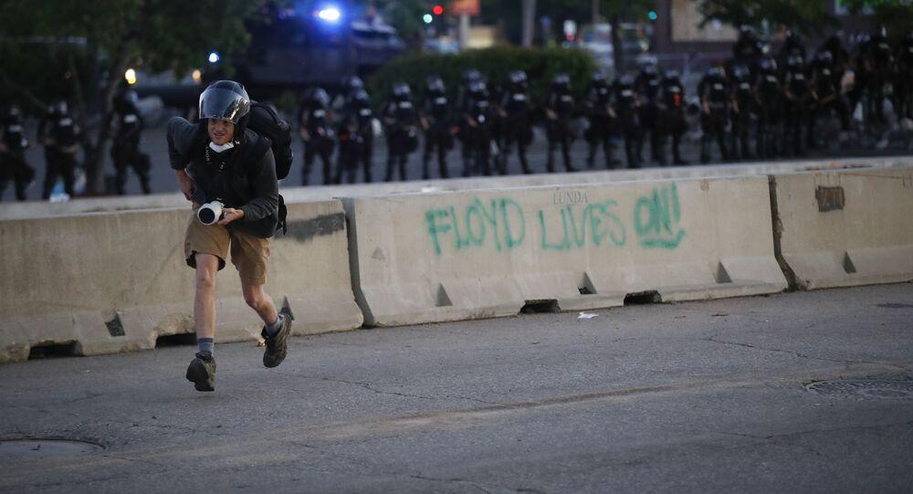 مراسلون أثناء تغطية احتجاجات جورج فلويد في مينيابوليس 30 مايو 2020