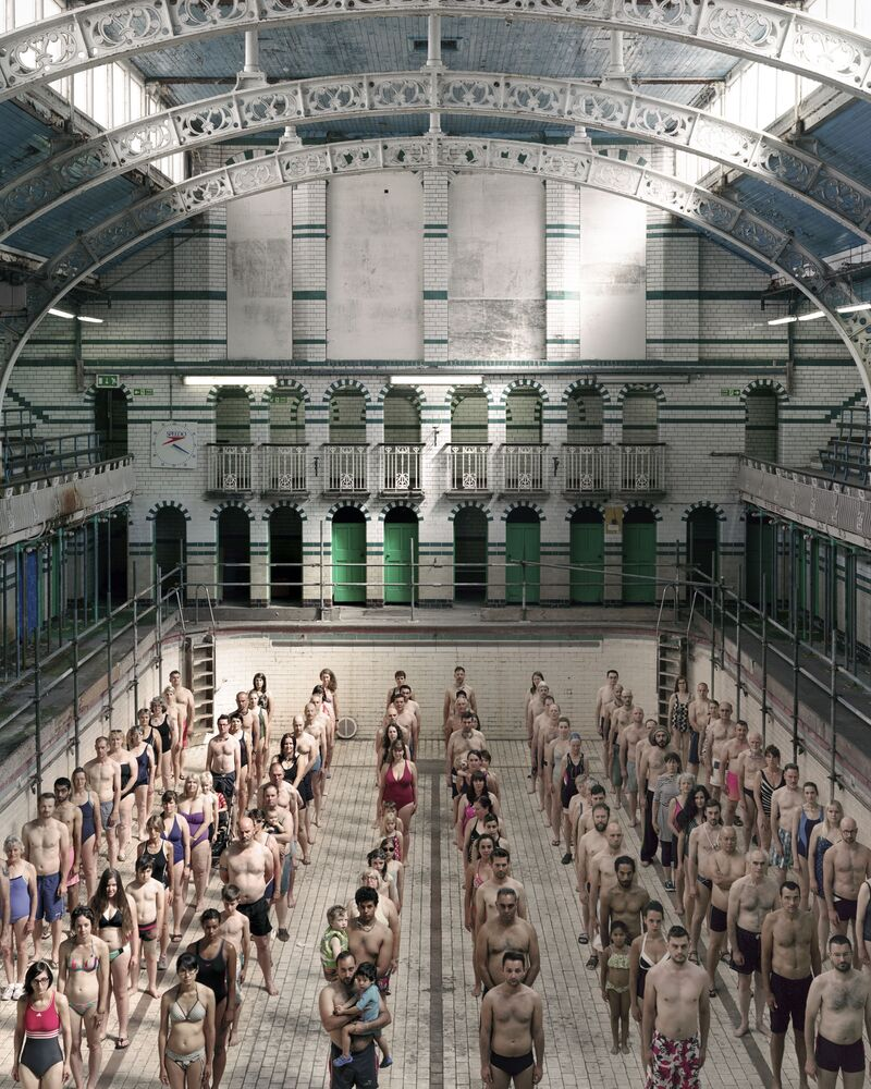 صورة بعنوان السباحون في برمنغهام، بريطانيا، للمصورة أتيليو فيوماريلا، ضمن القائمة القصيرة من مسابقة التصوير صورة الإنسانية لعام 2020