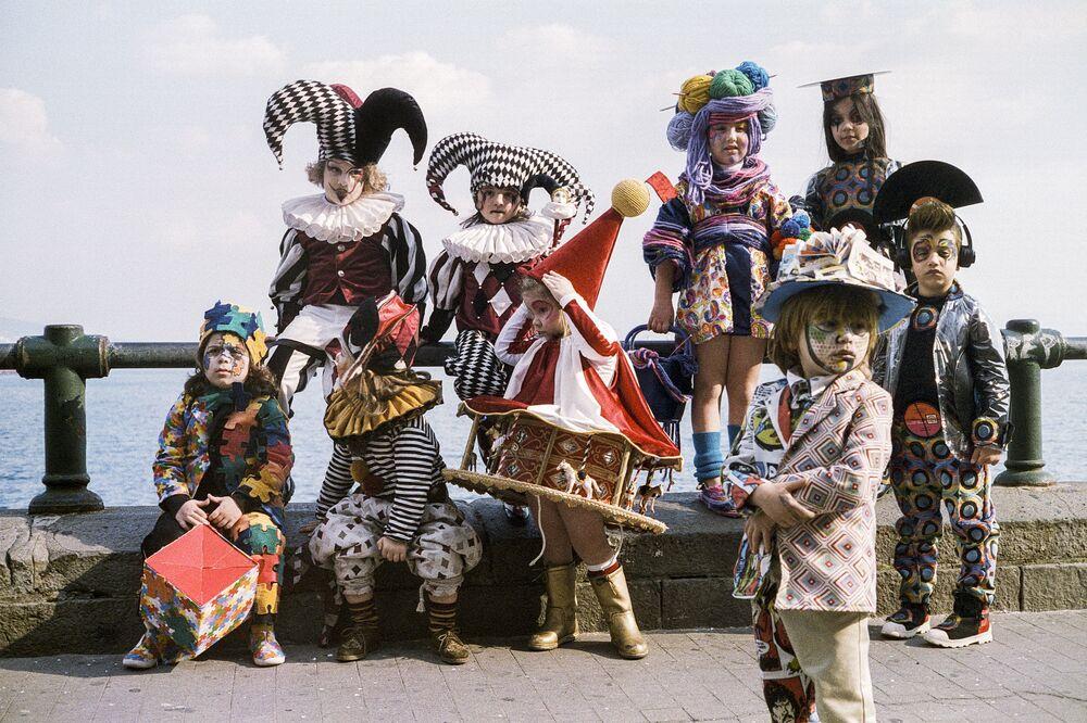 صورة بعنوان كرنفال في نابولي، إيطاليا، للمصور تيبيريو سورفيلو، ضمن القائمة القصيرة من مسابقة التصوير صورة الإنسانية لعام 2020
