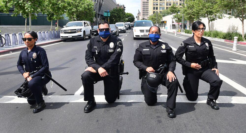 احتجاجات جورج فلويد - عناصر الشرطة الأمريكية يقفون على ركبة واحدة في إطار التضامن مع المتظاهرين في لوس أنجلوس، الولايات المتحدة 2 يونيو 2020