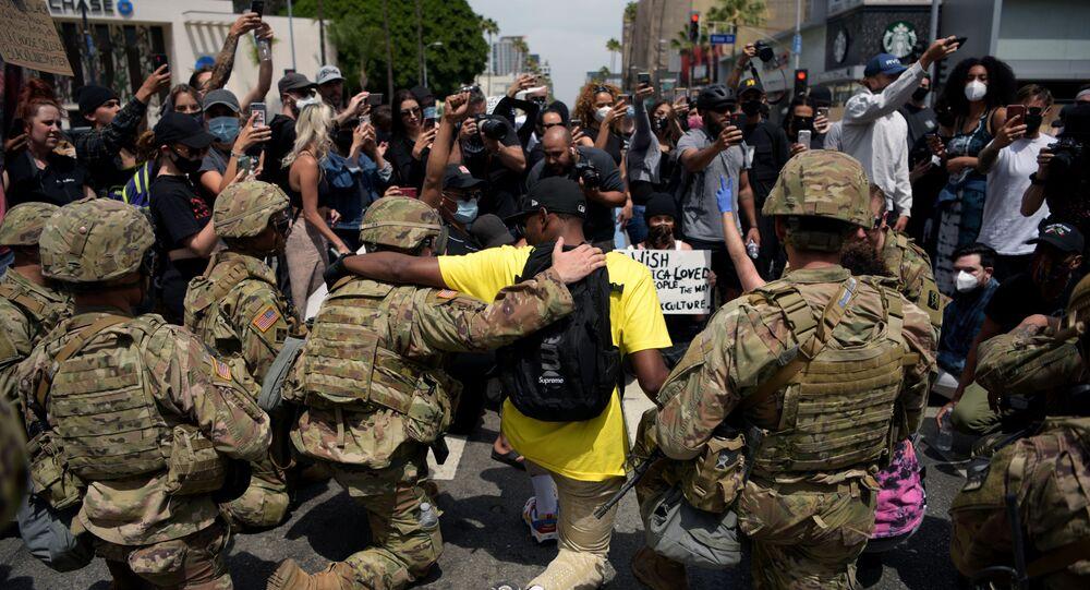 احتجاجات جورج فلويد - عناصر الحرس الأمريكي يقفون على ركبة واحدة في إطار التضامن مع المتظاهرين في لوس أنجلوس، الولايات المتحدة 2 يونيو 2020