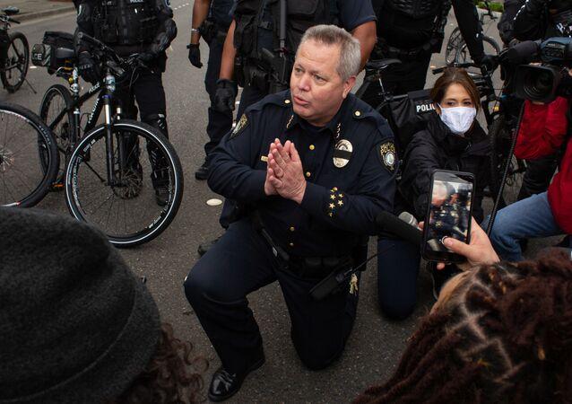 احتجاجات جورج فلويد - عناصر الشرطة الأمريكية يقفون على ركبة واحدة في إطار التضامن مع المتظاهرين في واشنطن، الولايات المتحدة 31 مايو 2020