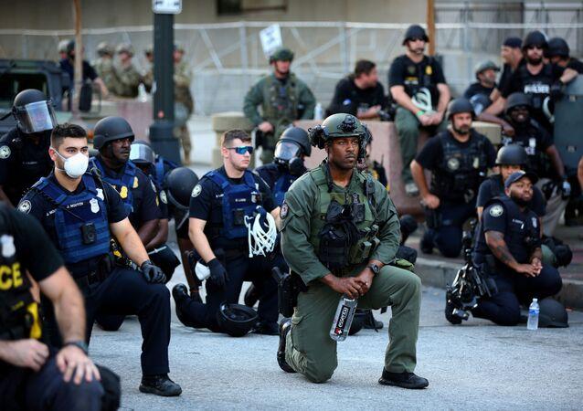 احتجاجات جورج فلويد - عناصر الشرطة الأمريكية يقفون على ركبة واحدة في إطار التضامن مع المتظاهرين في أطلنطا، الولايات المتحدة 1 يونيو 2020