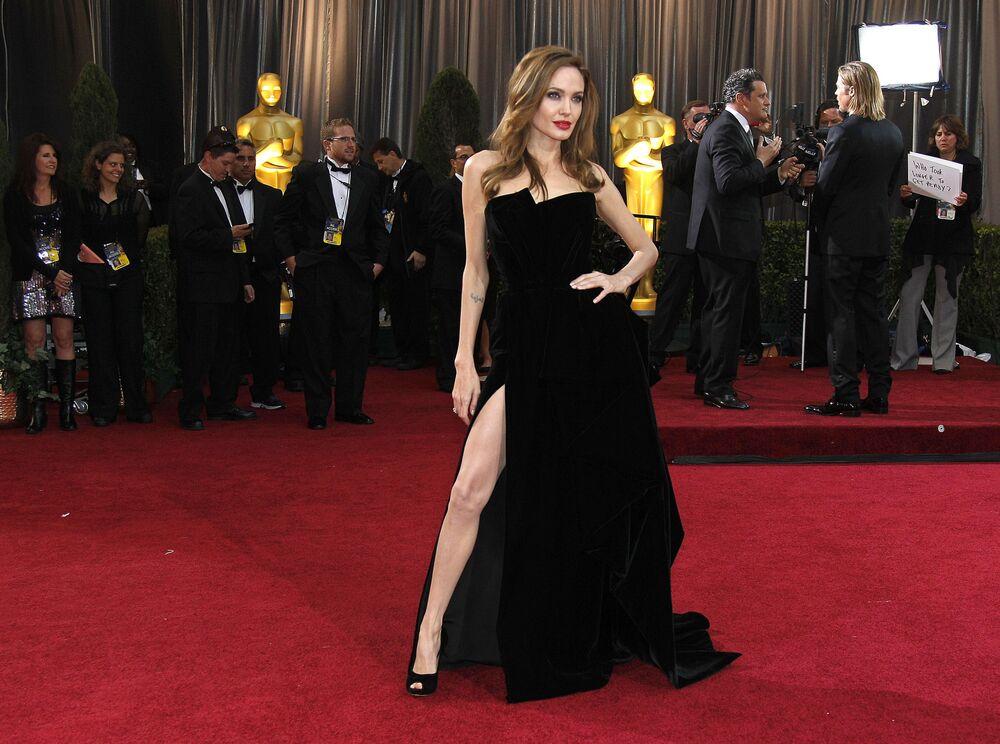 الممثلة أنجولينا جولي تصل إلى الحفل الـ 84 لتوزريع جوائز أوكسار في لوس أنجلوس 26 فبراير 2012