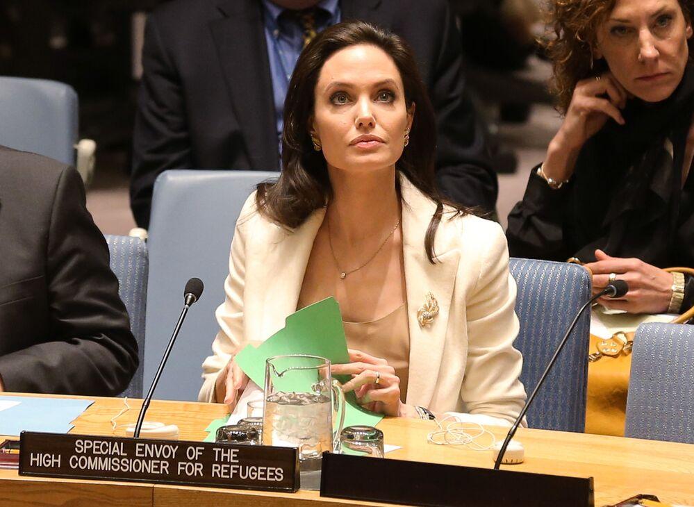 الممثلة أنجولينا جولي، سفيرة النوايا الحسنة إلى الأمم المتحدة، أثناء جلسة الأمن حول الوضع في الشرق الأوسط وسوريا، في نيويورك، الولايات المتحدة 24 أبريل 2015