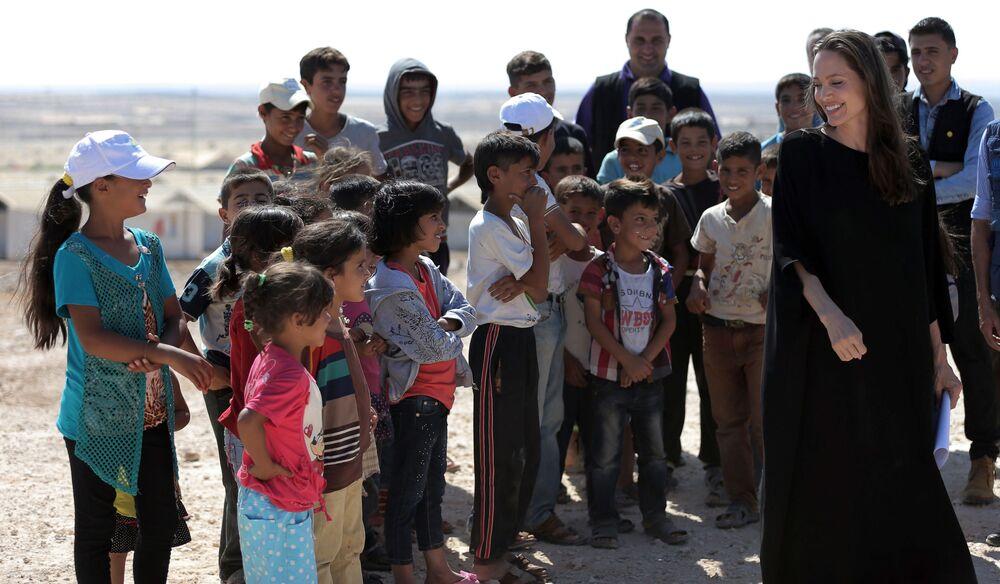الممثلة أنجولينا جولي، سفيرة النوايا الحسنة إلى الأمم المتحدة، أثناء زيارة إلى مخيم للاجئين السوريين في الأزرق، شمال الأردن 9 سبتمبر 2016
