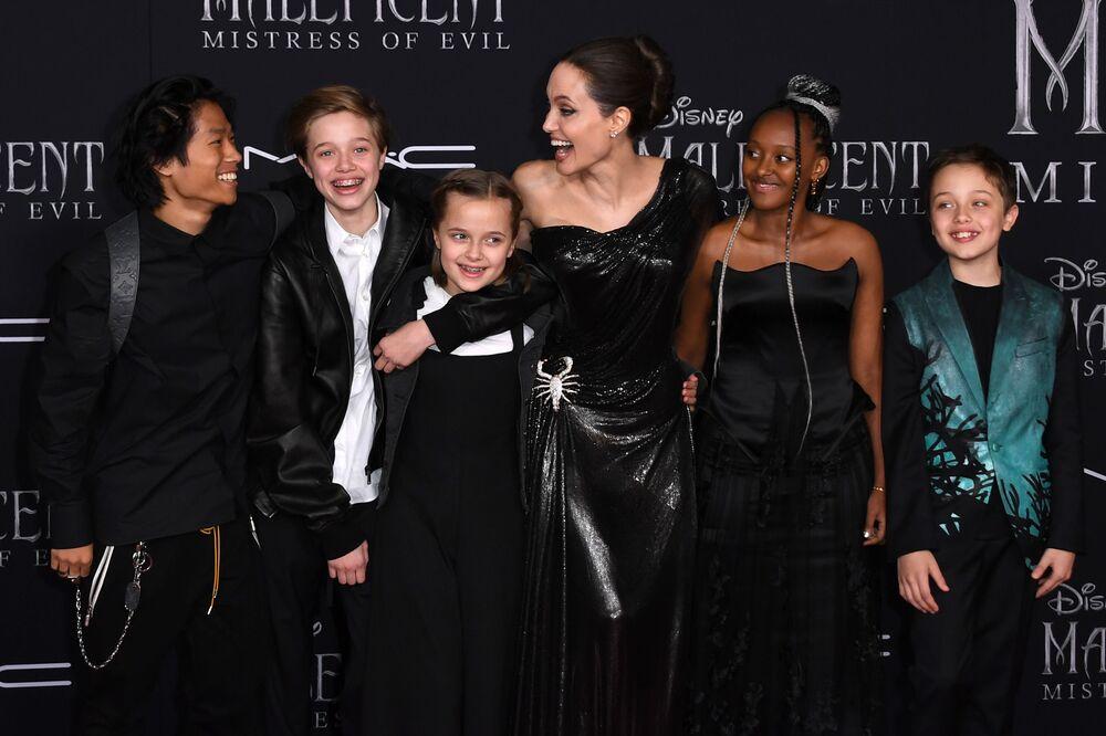 الممثلة أنجولينا جولي برفقة أطفالها في حفل العرض الأول لفيلم ماليفسنت 2 في هوليوود، 30 سبتمبر 2019