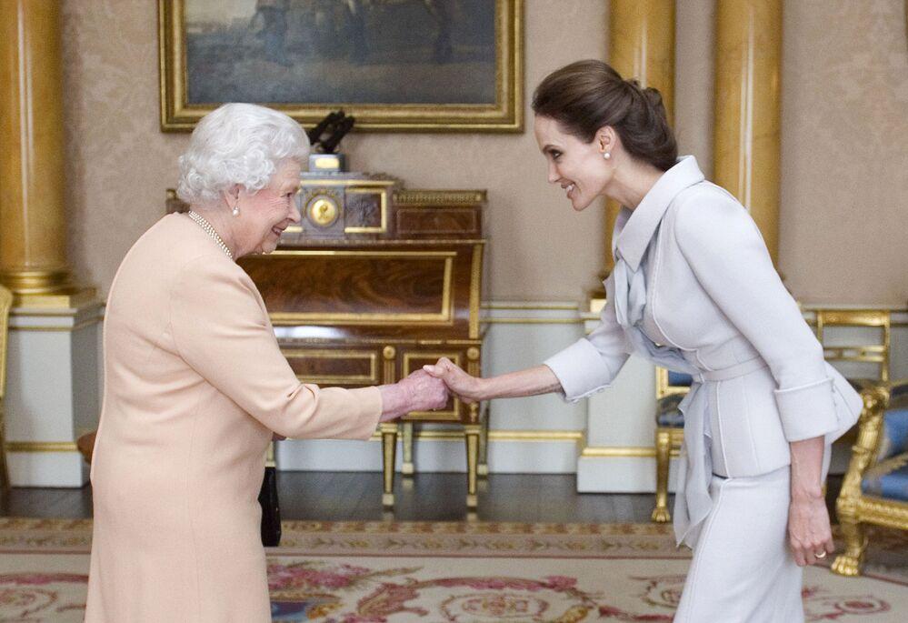 الممثلة أنجولينا جولي، سفيرة النوايا الحسنة إلى الأمم المتحدة، تلتقي مع ملكة بريطانيا إليزابيث الثانية في لندن، 10 أكتوبر 2014