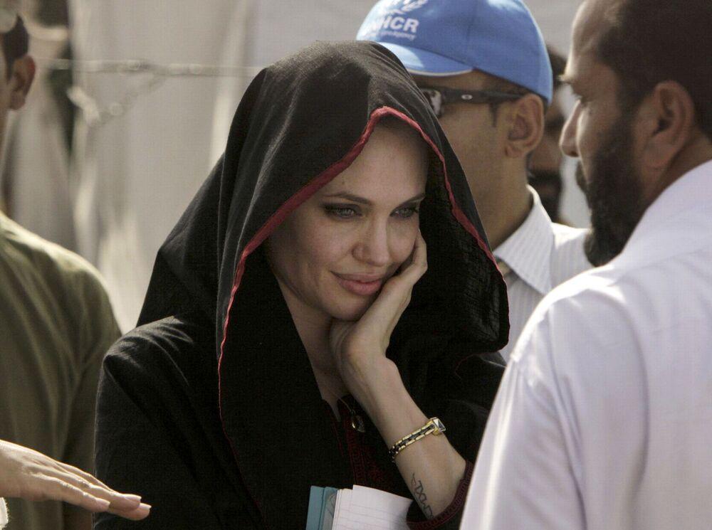 الممثلة أنجولينا جولي، سفيرة النوايا الحسنة إلى الأمم المتحدة، في زيارة للنازحين بسبب الفياضانات في مهيب باندا، باكستان 7 سبتمبر 2010