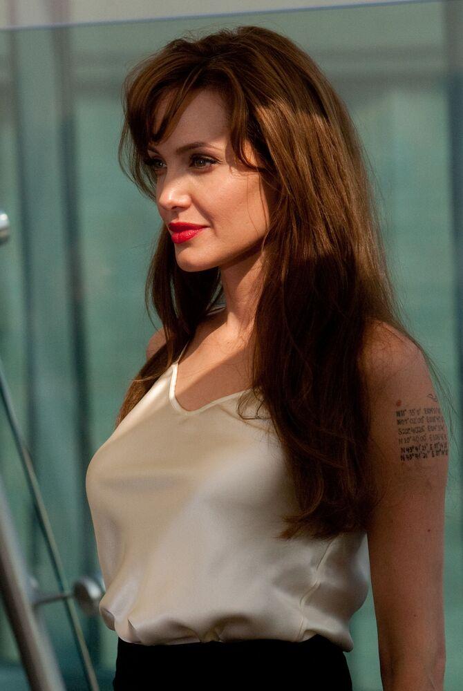 الممثلة أنجولينا جولي خلال جلسة تصوير على سطح فندق ريتز-كارلتون، 25 يوليو 2010