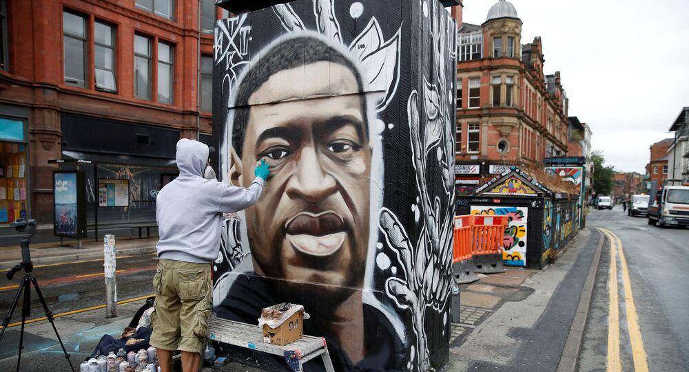 فنان الشوارع البريطاني أسكي، يرسم جدارية للمواطن الأمريكي من أصول أفريقية، جورج فلويد، في لندن، بريطانيا 3 يونيو 2020