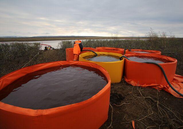 تسرب نفطي في منطقة تايمو دولغان ومدينة نوريلسك الروسية، تسرب كميات كبيرة من النفط في نهري أمبارنايا ودالديكان، روسيا