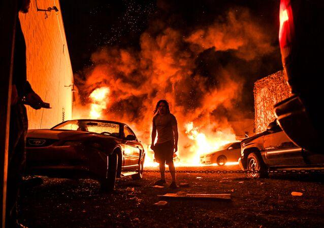 سيارات مشتعلة خلال احتجاجات جورج فلويد في مينيابوليس 30 مايو 2020