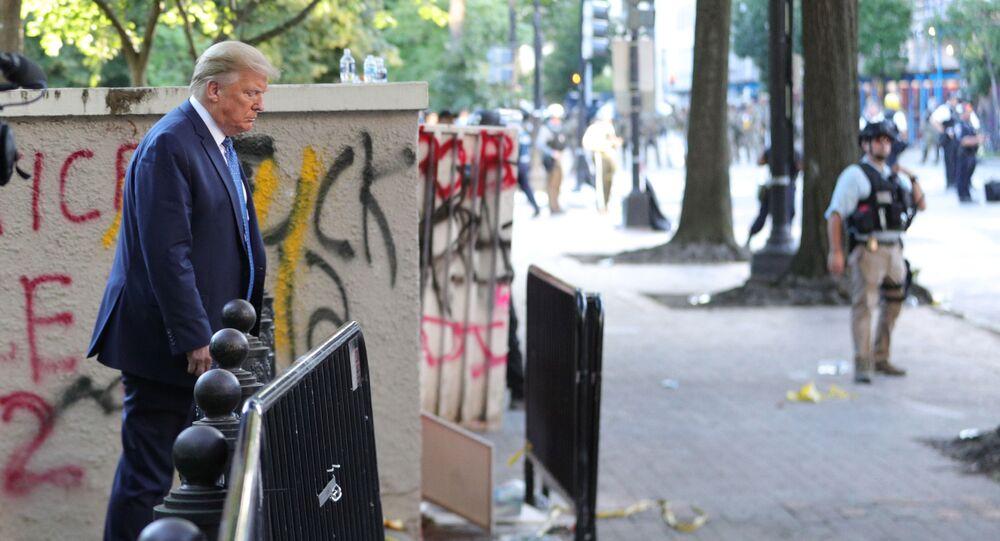 الرئيس الأمريكي دونالد ترامب يقف على خلفية غرافيتي وكتابات في منتزه لافاييت مقابل البيت الأبيض في واشنطن، الولايات المتحدة  1 يونيو 2020
