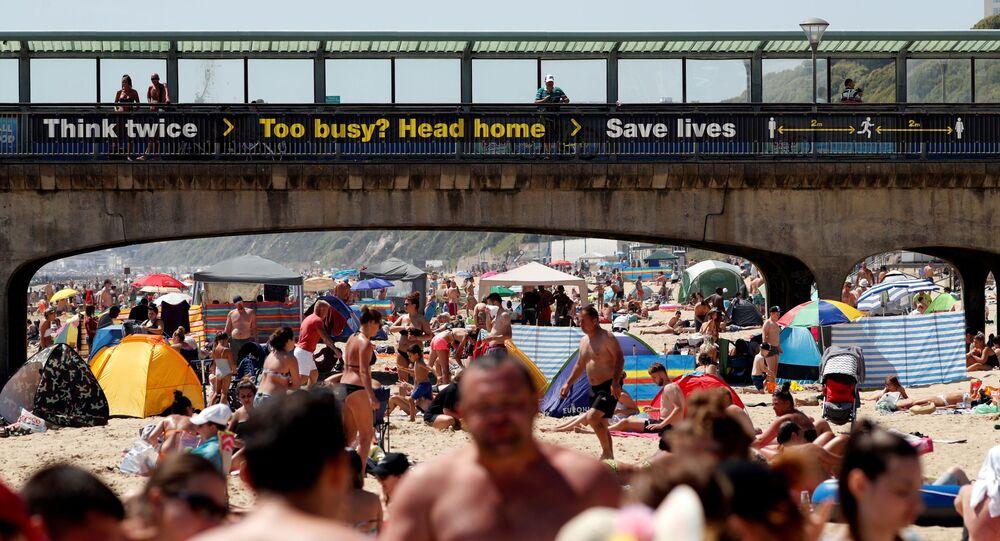 إعادة فتح شاطئ بوسكومب في بورنماوث أمام المواطنين البريطانيين، بعد إغلاق تام دام أكثر من شهرين بسبب تفشي فيروس كورونا في جنوب إنجلترا، 30 مايو 2020