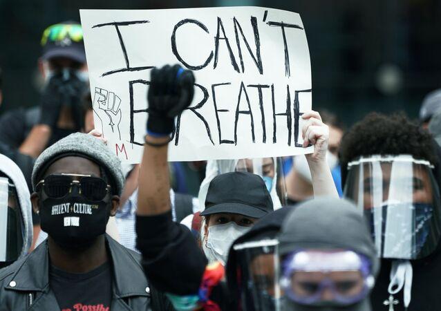 لافتة لا أستطيع التنفس، عبارة المواطن الأمريكي المقتول على يد شرطي، في احتجاجات جورج فلويد في نيويورك، 2 يونيو 2020