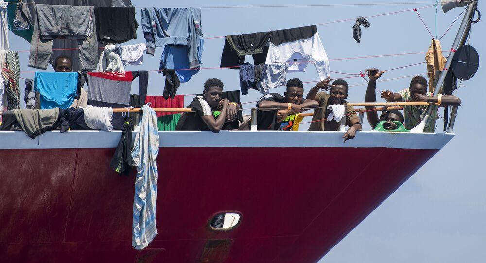 مهاجرون يقومون بنشر غسيلهم على قارب على بعد  20 كم من سواحل مالطا 2 يونيو 2020