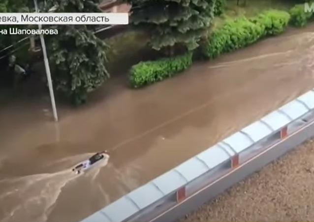 شاب يركب امواج مياه الامطار في ضواحي موسكو