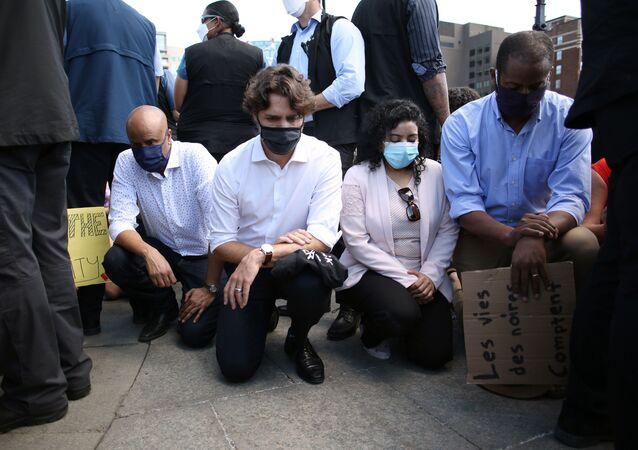 جاستن ترودو يجثو على ركبته في مظاهرة ضد العنصرية