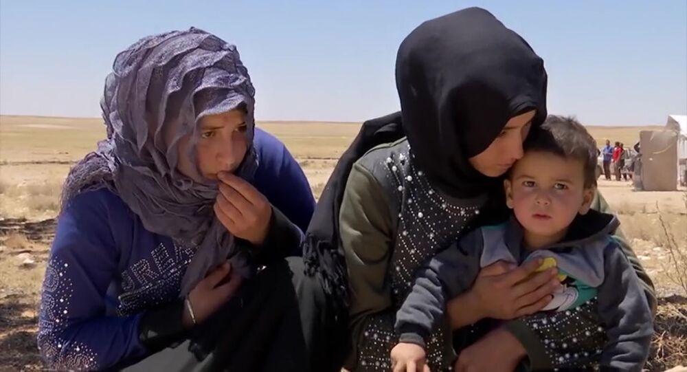 اللاجئون السوريون يغادرون مخيم الركبان تحت مراقبة القوات العسكرية الروسية، سوريا 5 يونيو  2020