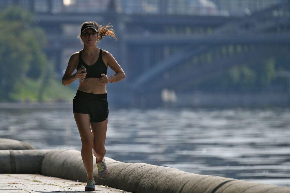 أشخاص يمارسون رياضة الركض في المنتزه المركزي باسم ماكسيم غوركي في موسكو، روسيا  7 يونيو 2020