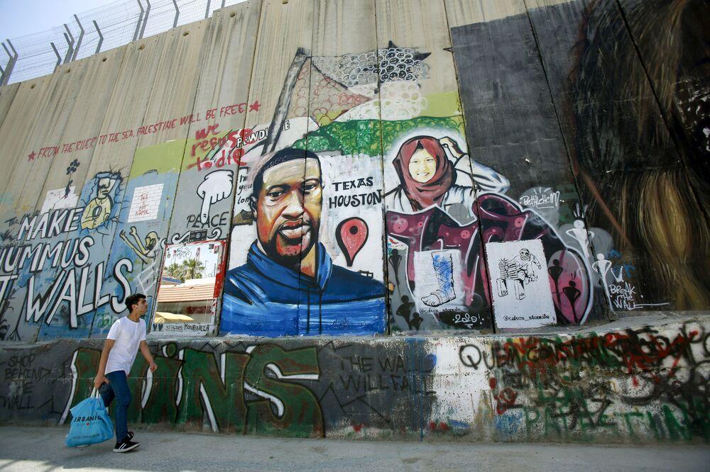 رسم غرافيتي لجورج فلويد على الجدار الفاصل في بيت لحم، الضفة الغربية المحتلة، يونيو/ حزيران 2020