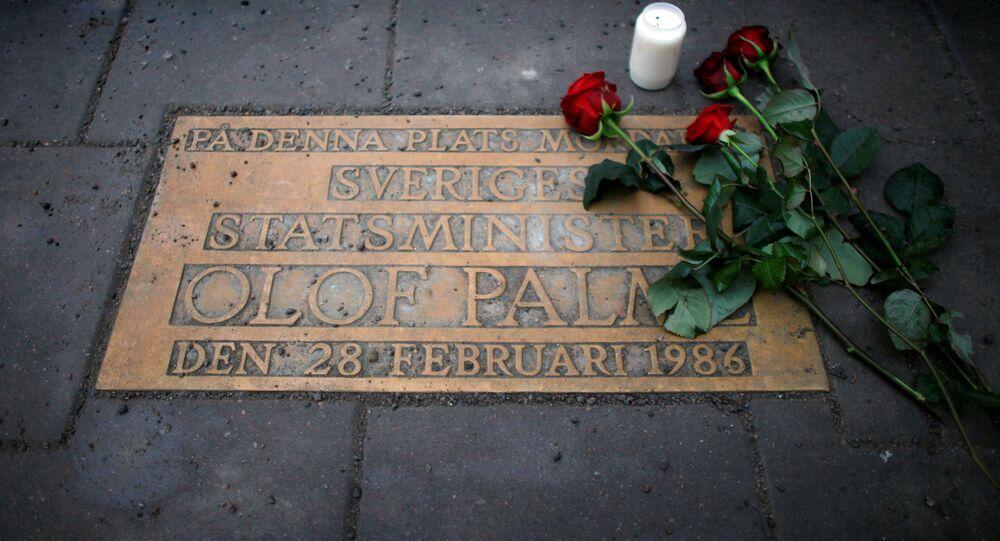 باقة ورود على لوحة تشير إلى المكان الذي أصيب فيه رئيس الوزراء السويدي أولوف بالمه بالرصاص في ستوكهولم