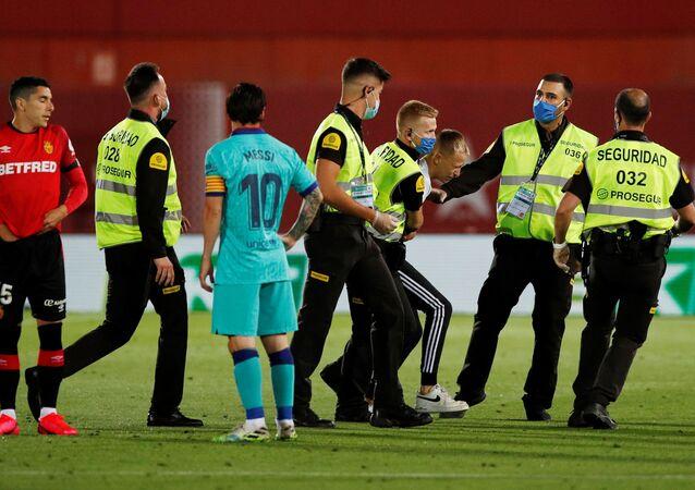 مشجع يرتدي قميص الأرجنتين يقتحم مبارة برشلونة وريال مايوركا