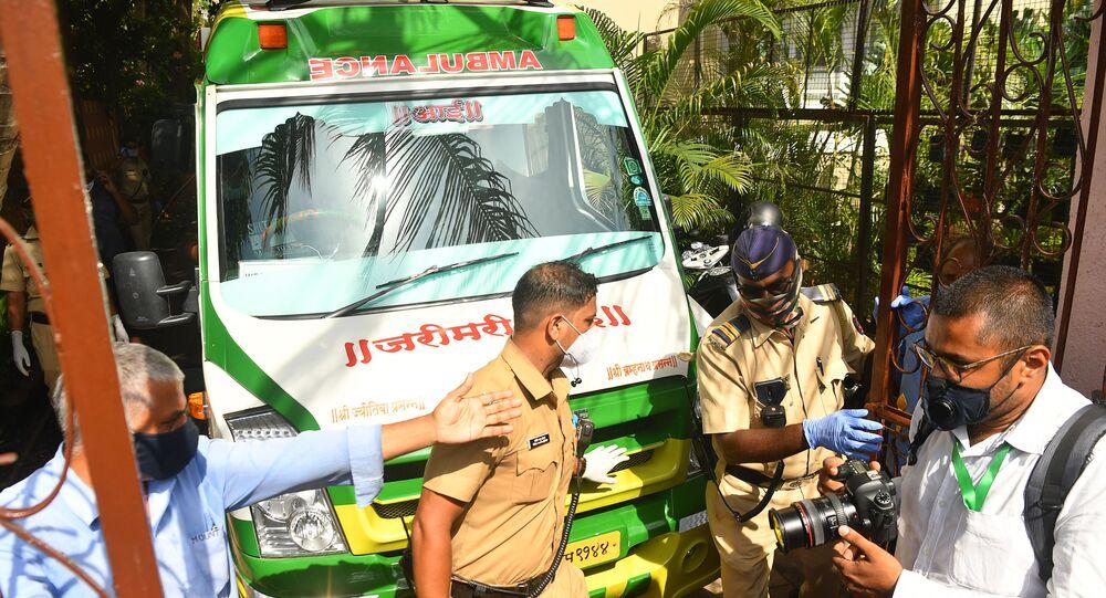 سيارة إسعاف تنقل جثمان الممثل الهندي سوشانت سينع راجبوت بعد انتحاره داخل منزله في مومباي، الهند، 14 يونيو/ حزيران 2020