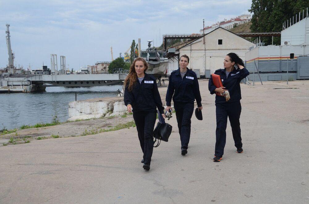 الطاقم النسائي لزورق الدورية «إر-834» التابع لأسطول البحر الأسود