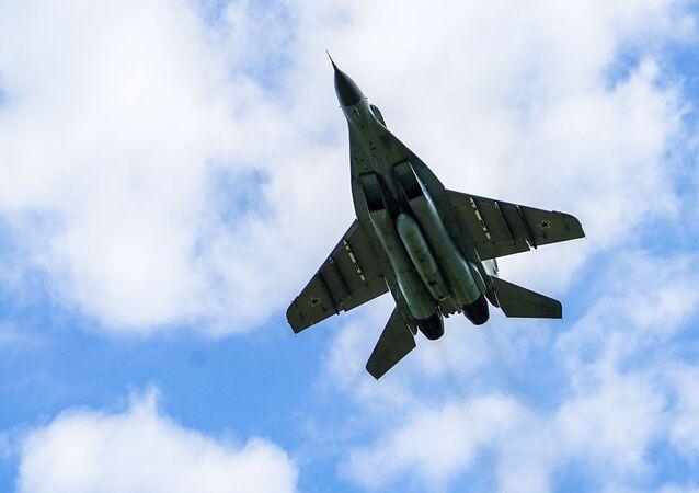 طائرة هجومية ميغ-29 ضمن فريق الاستعراض الجوي روسكيه فيتيازي (الفرسان الروس) في كوبينكا، ضواحي موسكو، روسيا