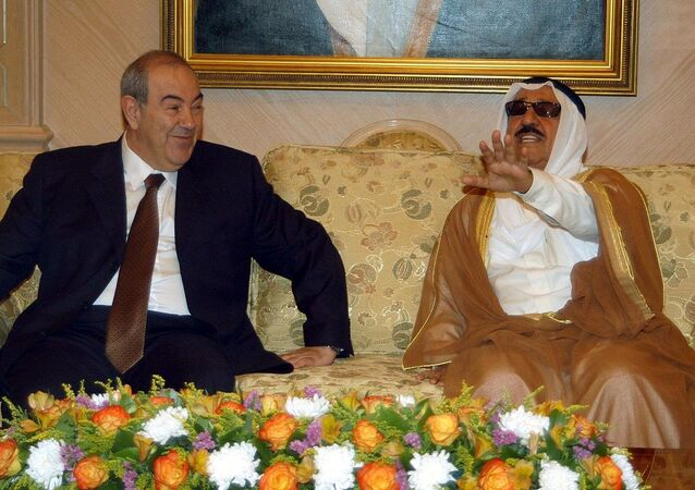 إياد علاوي، رئيس الوزراء العراقي عام 2004 في أول زيارة رسمية إلى الكويت بعد عودة العلاقات وفي استقباله أمير الكويت الشيخ صباح الأحمد
