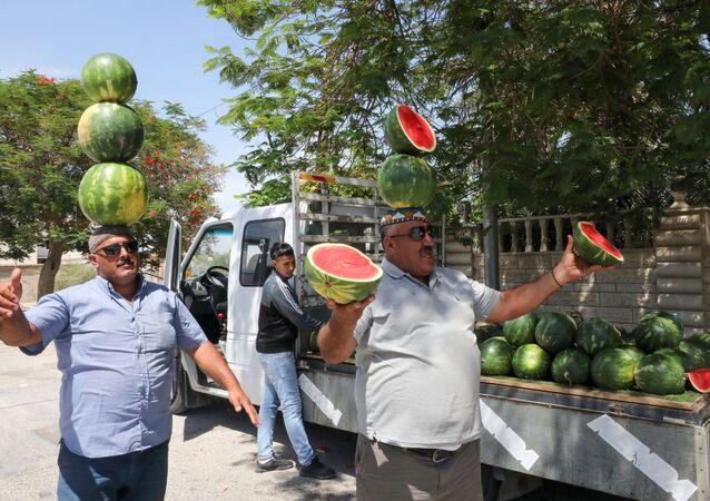 بائعان فلسطينيان على مدخل مدينة أريحا،  12يونيو/ حزيران 2020