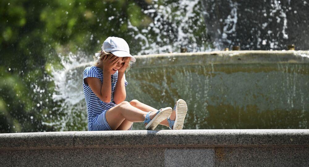 الصيف و الجو الحار في سيفاستوبل، افتتاح موسم السباحة في القرم، روسيا 15 يونيو 2020
