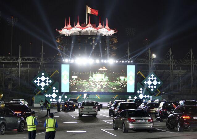 مدرسة بحرينية تقيم حفل تخرج لطلابها بحضور أهاليهم ضمن سياراتهم في (حلبة البحرين لسباقات السيارات) بسبب فيروس كورونا الوبائي، المنامة، البحرين 10 يونيو 2020